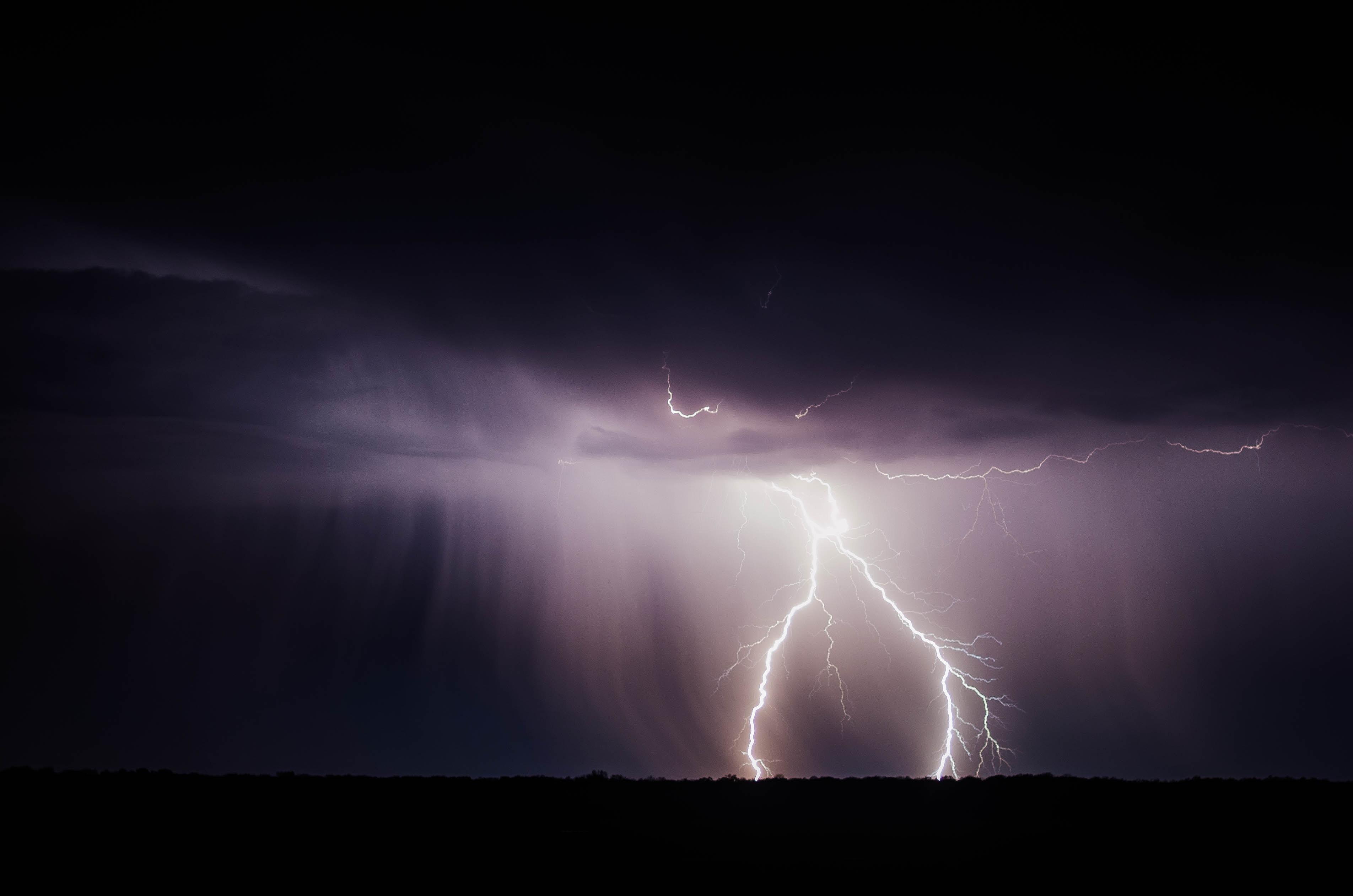 【梅雨到来】雷が鳴っている時、自宅の電気の対策は?