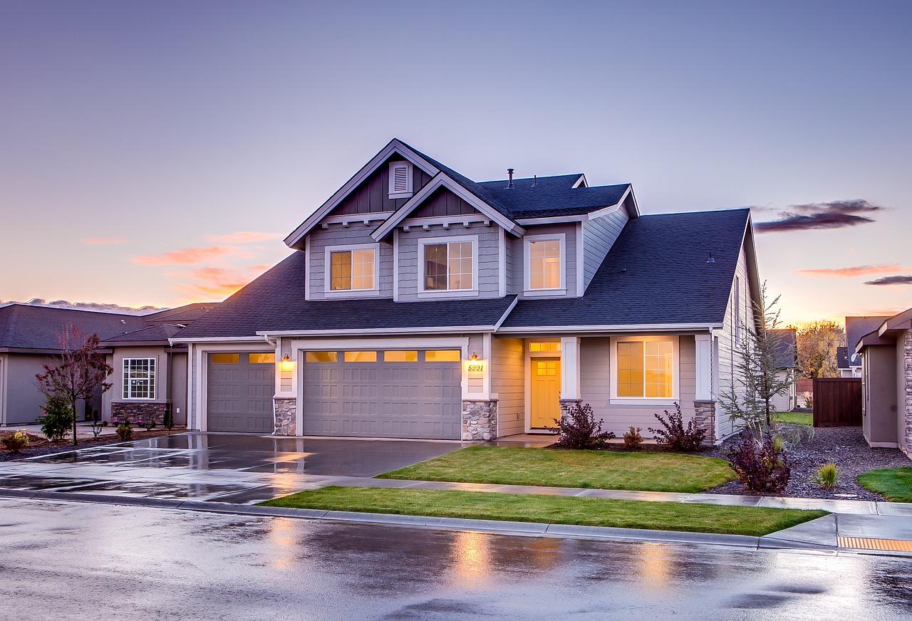 引っ越しする際の電気の解約と新居への手続きに必要な連絡とは